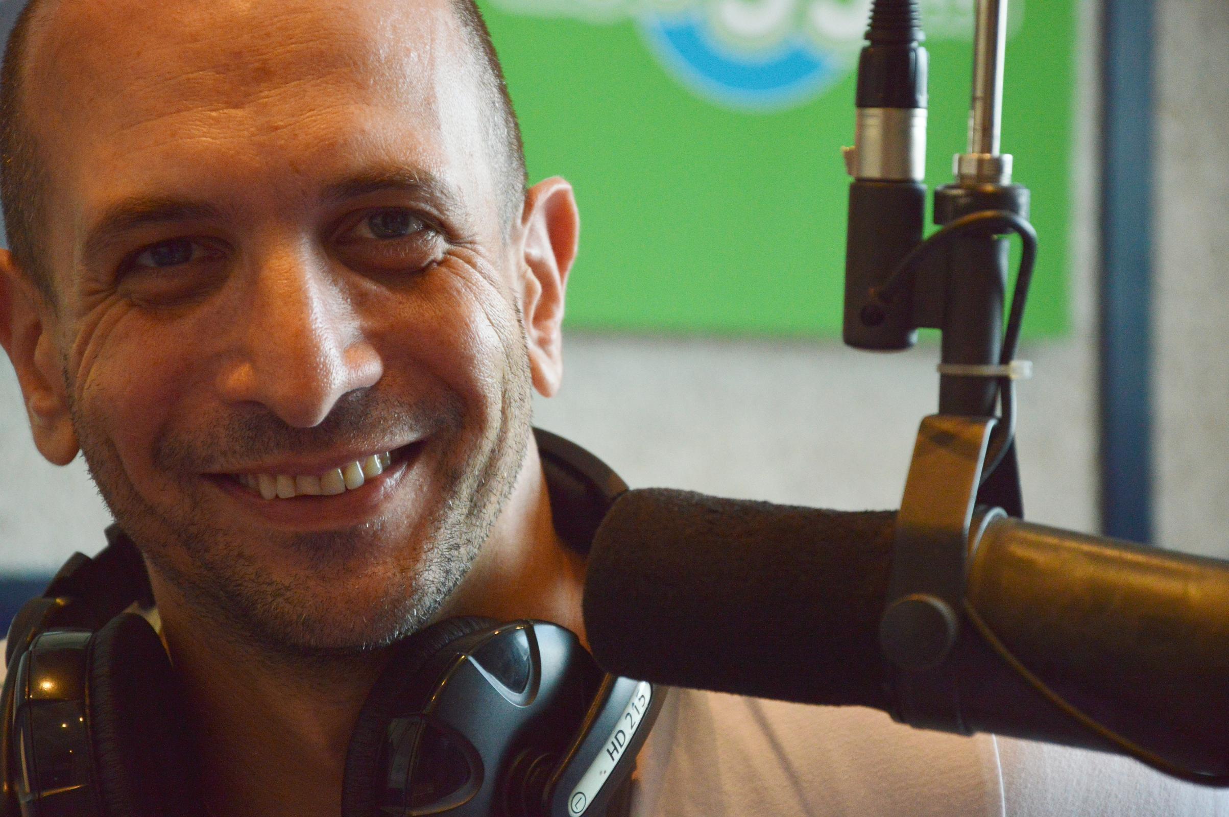 """שרון שפירא 99FM -""""שיר מצוין שנטחן ברדיו או אחד שנותר תחת צילו של להיט אחר"""""""